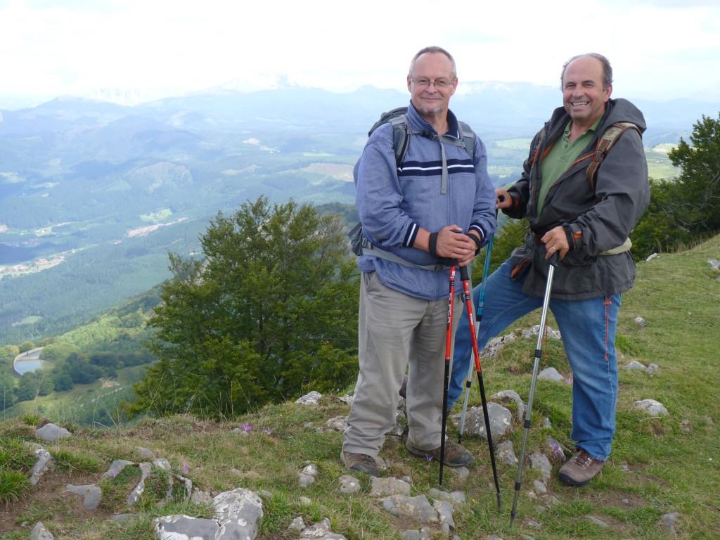 """Juan Valero (a la izquierda) y Andrés Rodríguez, vicepresidente primero de Fundación + árboles, en una jornada de """"El Camino de las Ardillas""""."""